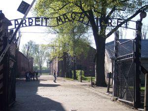 800px-Entrance_Auschwitz_I