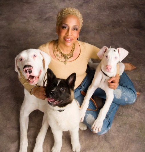 ami-moore-with-dogs