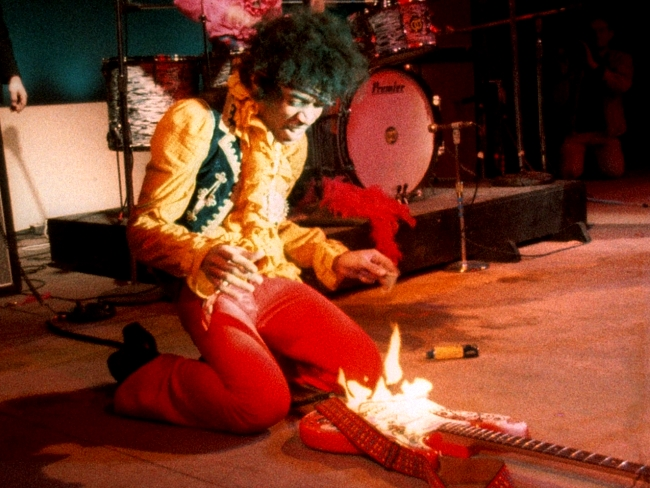 Jimi-hendrix-guitar-on-fire-monterey-live-1967