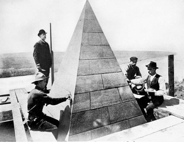 workers-setting-capstone-on-washington-monument