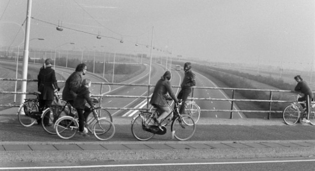 dutch-car-free-sunday-deserted-highway-1973