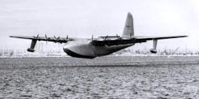 spruce-goose-in-flight