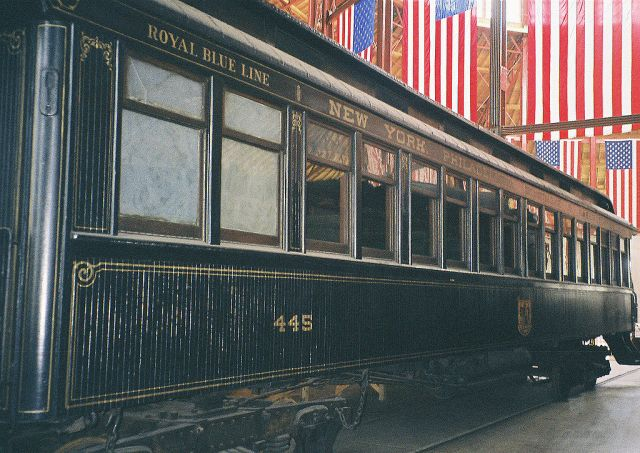 1024px-Royal_Blue_coach_(B&O_1890)